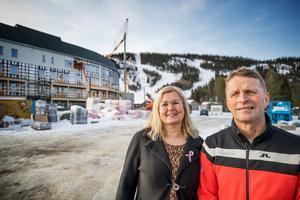 Paret Maria Strömstedt och Anders Backskog framför det nya hotellet vid Katrinabacken i Klövsjö. Hotellet skapar flera nya arbetstillfällen men satsningen har även blivit ett lok för utveckling i hela bygden.