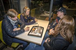 Hedda Wahlberg, Joel Karlsson Dahlberg, Linn Jonsson pratar med kompisar inne på McDonalds i Lillänge.