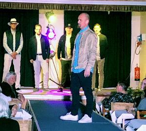 Längst fram i blå skjorta: Patrik Modd, på scenen från vänster: Anders Wall, Magnus Ljung, Arvid Wall och Tony Tjerneld visade herrkläder.