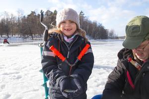 Fiskelycka. Julia Fagerstedt, 7, med en av alla abborrar som hon med assistens av Hasse Eriksson drog upp.