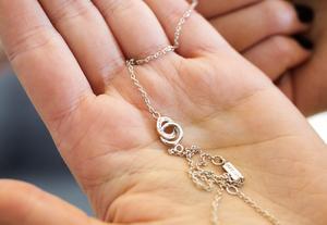 Hon har tagit fram halsbandet som en påminnelse om stödet som finns runt henne.
