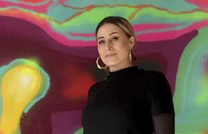 - Jag tar energin från graffitin, kombinerar det med mina tankar och känslor, och tar ut det i sprayfärg, säger Saara Kosonen. Foto: Lars Palm