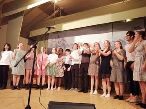 Elever från estetiska programmet underhöll  med sång och musik på mötet med PRO Kilafors.