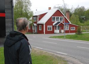 Bengt tittar mot och berättar om det andra skolhuset där han arbetade. Foto: Torbjörn Ohlsson