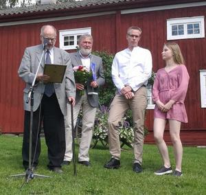 Stipendieutdelning till Forsbrokyrkans Ungdom representerade av Tomas och Annie Kolmodin.