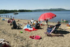 Många sökte sig till stranden i Nore, Ljusdal, under pingstens värmebölja.