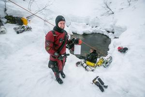 """Ane Mengshoel från Trondheim inför ett av sina 90 minuter långa utforskningsdyk. Bakom henne """"Pirre"""" Sandberg."""