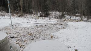 Trots det lätta snöfallet och att marken sanerats syns det tydligt var avloppsvattnet runnit.