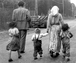 vitbok om övergrepp. I regeringens vitbok beskrivs en rad övergrepp mot romer, bland annat ett ärende från Örebro år 1922. På bilden: romer som vräkts från sin bostad. Arkivfoto: TT