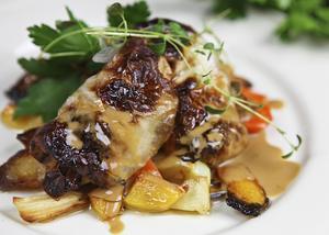 Hemlagade kåldolmar med enkel gräddsky och rostade rotsaker är ett stycke svensk matkultur när den är som bäst.    Foto: Dan Strandqvist