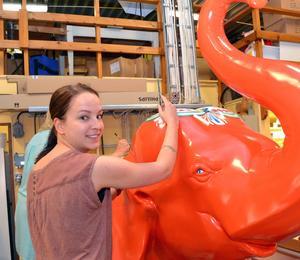 Jenny Lindberg hade en mängd detaljer att måla på elefanten.