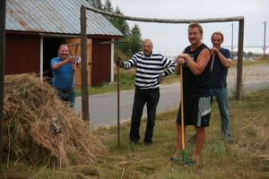 Nöjda slåtterarbetare efter en bra arbetsinsats på gistvallen.