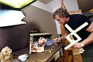 Allt våld omkring oss och speciellt det som skett i Ockelbo har fått konstnären Tony Warren att skapa ett stilleben som ska bli en oljemålning. Målningen blir vinst i ett lotteri som ska ge pengar till den mördade Claes Anderssons minnesfond. Foto: GUN WIGH