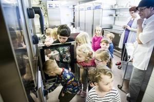 Alla barn ville se kocken Jenny Gustavssons nya kök.