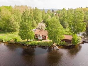 Stuga i västerläge med fin kvällssol, belägen invid Hillensjöarnas sjösystem med bad och fiske.  Foto: Mats Hansson, Fastighetsbyrån Ludvika.