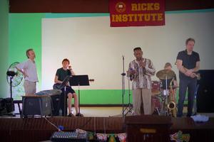 """Uppträdande på skola utanför Liberia.  Örjan Hultén, saxofonist, Anders Langörgen, bas, Torbjörn Gulz, piano och Reinis """"Tjabo"""" Zarins, trummor. Foto: Privat."""