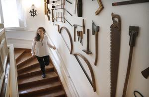 Många samlingar finns på Bergsgården konstaterar Lillemor när hon visar runt i det stora huset.