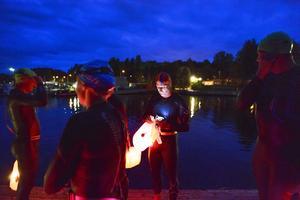 Gunnar Kihlberg från Falu Simsällskap tänder lampan i sin så kallade safetyboj.
