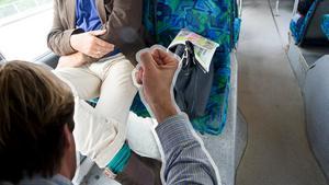 Din rumpa behöver sittplats – inte någons väska – så säg åt personen på bussen, menar signaturen JP. (Bilden är ett montage)