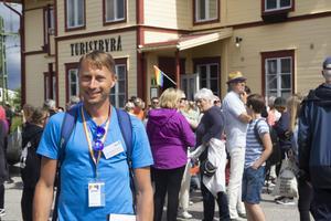 Johan Lindman är ordförande i Järvsö Pride och förväntade sig inte att så många människor skulle dyka upp till prideparaden.