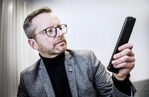 Inrikesminister Mikael Damberg (S) vill skärpa vapenlagarna och införa registrering av vapenmagasin. Här visar upp ett 30-patronersmagasin till en Glock, ett vapen som är vanligt hos kriminella. Foto: Tomas Oneborg / SvD / TT