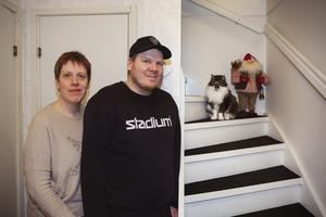Gunilla Sidenmark och Roger Lind tillsammans med katten Fritz, som blev årets lussekatt.