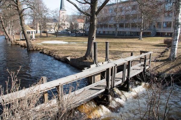 Det rinner på bra i Norbergsån strax utanför kommunhuset.