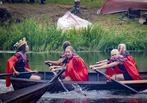 """Mattans riddare, med """"drottningen"""" Matilda Eriksson vid styråran, vann damklassen. Foto: Lennye Osbeck"""