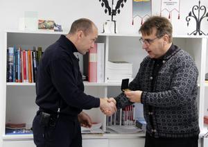 Vid en ceremoni på brandstationen fick Peter Resare ta emot en medalj för rådigt ingripande av räddningschefen Mattias Ström.