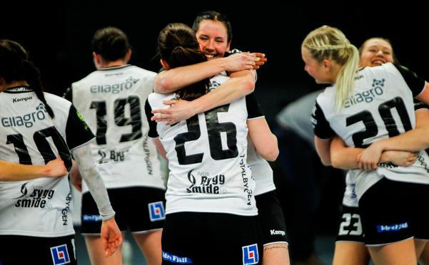 Ellenor Åström Nilsson kramar om Wilma Svedung efter slutsignalen.