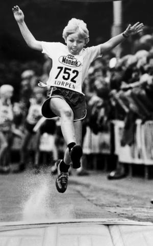 Strömvallen 1980 och en kille har fått en perfekt plankträff. Foto: Lasse Halvarsson.