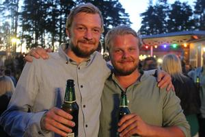 Två som njöt av en dryck i öltältet var Olle Wåhlin och John Elfving, från Österfärnebo.