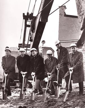 27 november 1964. I vetskap om att grävskopan är beredd att ta över sätter de här Sigma-herrarna sina prydliga symbolspadar i Kettil-jorden. Från vänster är det David Green, Frank Lindström, Uno Thörnlund, Kurt Liw, Sven Lagerholm och Gunnar Johansson, den sistnämnde byggare.