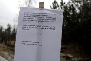En nyuppsatt skylt informerar om varför gravstenarna ligger där de ligger.