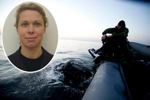 Rebecca Landberg, informationschef vid fjärde sjöstridsflottiljen i Berga, Stockholm (infällda bilden) berättar om hur Försvarsmaktens dykare jobbar med att bärga kroppar under vattnet. Foto: Fj Alexander Karlsson/Försvarsmakten/TT samt Privat