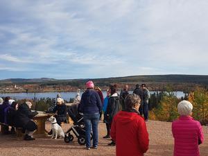 Cirka 45 personer deltog när Rätan fick en ny utsiktsplats. Foto: Privat