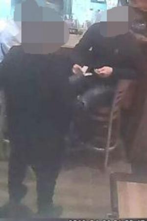 Efter misshandeln går 18-åringen raka spåret in till krogen Templet och en välkänd kriminell vid baren som ger honom kontanter. (Från restaurang Templets övervakningskamera).