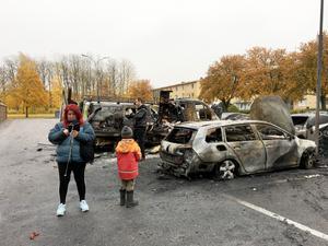 Många nyfikna anlände platsen under förmiddgen, däribland Moro och Kenan som var på väg till läkare när de såg de brända bilarna.