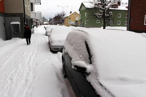Som bilägare gäller det att tänka sig för så man parkerar på rätt sida av gatan. Annars kan det kosta 400 kronor i böter.