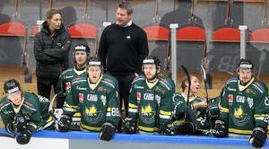 Kjell-Åke Andersson får en hastig chock när Piteå sätter 1–0 redan efter 32 sekunder. Besvikelsen är synlig hos Östersundstränaren.