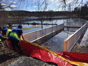 I Sundborn och vid Carl Larsson-gården har skyddsbarriärer satts upp för att mota de stigande vattenmassorna i Sundbornsån.