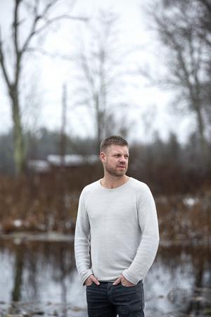 """""""Jag trivs med att kunna styra mina dagar, har svårt för att alltid jobba 7 till 4"""" säger Eddie Andersson som brukar börja dagen med en morgonpromenad på fem kilometer runt sjön, tillsammans med killarna i familjehemmet, och hunden Roffe."""