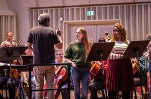– Det här är vacker musik, visst det är inte Schubert men det finns delar här som är så gripande att ingen kommer att lämna salen oberörd, säger David Stern, dirigent. Foto: Örebro konserthus