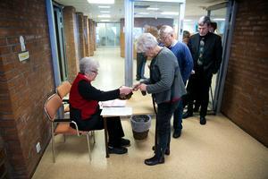 Gunilla Miller, i styrelsen för Falupensionärernas bridgeklubb, noterar namn och spelavgift, 20 kronor. Medlemmar i ålder över nittio år spelar gratis.