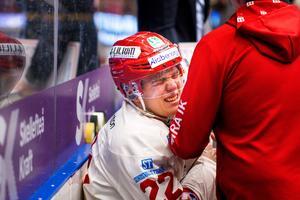 Emil Berglund fördes av med stora axelsmärtor. Foto: Ola Westerberg (Bildbyrån).