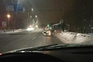 Bilen hängde på ett räcke. Foto: Läsarbild