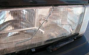 Även många strålkastarglas skadades när stenarna i den nya ytbeläggningen släppte. Foto: Arkiv