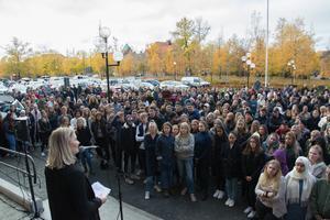 Alva Nylander, medlem i elevkåren, höll tal inför fler hundra deltagare.