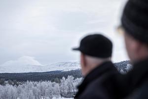 Fjällräddarna John-Erik Olofsson och Hans Ottendahl minns tillbaka till den ödesdigra dagen för 40 år sedan då åtta personer miste livet på fjället ovanför Vålådalen.