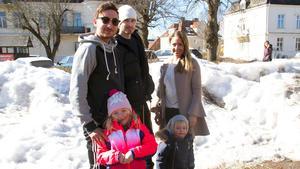 Även Samuel, Robert, Linn, Elsa och Levi var på plats på påskmarknaden för att kolla läget.